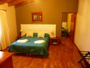 Una cama o camas en una habitación de Garden House Hotel