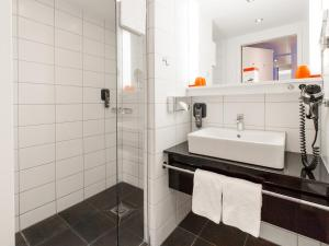 Ein Badezimmer in der Unterkunft DORMERO Hotel Frankfurt