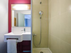 A bathroom at B&B Hôtel Nantes Centre