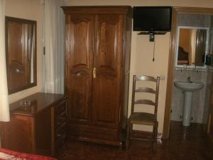 Uma televisão e/ou sistema de entretenimento em Hostal La Nava