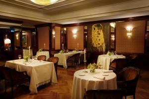 A restaurant or other place to eat at Starhotels Du Parc