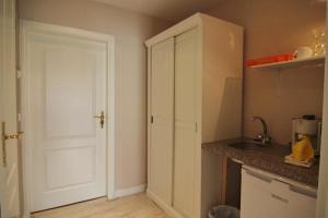 Küche/Küchenzeile in der Unterkunft Kapitänshaus Lassen - Zimmer Sindbad