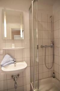 Ein Badezimmer in der Unterkunft Kapitänshaus Lassen - Zimmer Sindbad