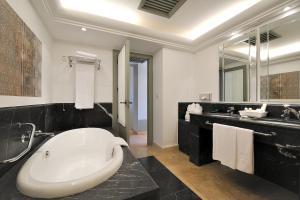 A bathroom at Vincci Selección Estrella del Mar