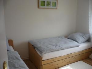 Ein Bett oder Betten in einem Zimmer der Unterkunft Ferienwohnung 5 im Haus Wildfang