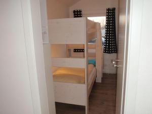 Ein Etagenbett oder Etagenbetten in einem Zimmer der Unterkunft Ferienhaus Silbermöwe