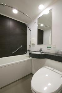 A bathroom at Shin Osaka Washington Hotel Plaza