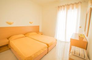 Кровать или кровати в номере Frixos Hotel