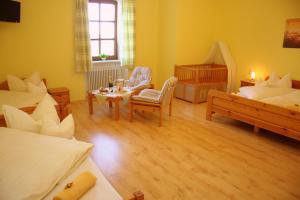 Ein Sitzbereich in der Unterkunft Gasthaus Kerber
