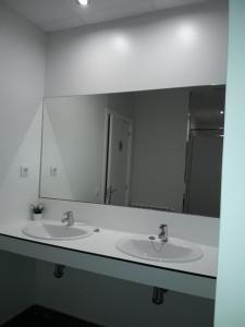 A bathroom at Albergue Camiño Do Sar