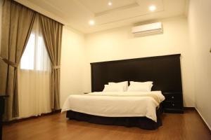 Cama ou camas em um quarto em Sama Al Nakheel Furnished Apartments-Families only