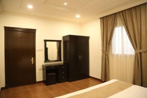 Uma TV ou centro de entretenimento em Sama Al Nakheel Furnished Apartments-Families only