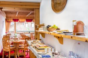 A restaurant or other place to eat at Hotel Garni Ernst Falch