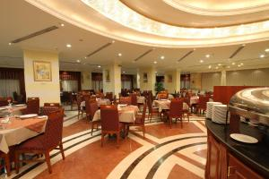A restaurant or other place to eat at Al Qibla Hotel