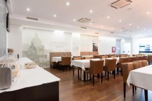 Een restaurant of ander eetgelegenheid bij Hotel Capital