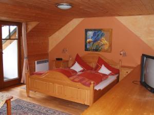 Ein Bett oder Betten in einem Zimmer der Unterkunft Landhotel Mariensäule