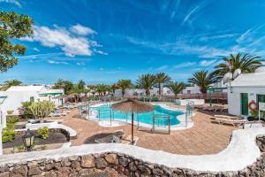 Uitzicht op het zwembad bij Apartamentos Las Gaviotas THe Home Collection of in de buurt