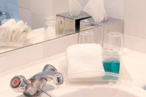 A bathroom at Holiday Inn Basildon, an IHG Hotel