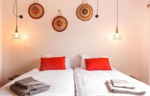 Een bed of bedden in een kamer bij Number5 Guesthouse