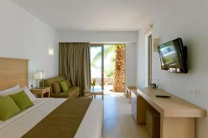 A television and/or entertainment centre at Kakkos Bay Hotel and Bungalows