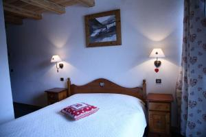 A bed or beds in a room at A La Pastourelle