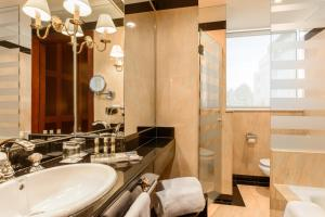 A bathroom at Eurostars Gran Hotel Santiago