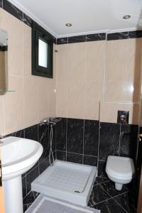 A bathroom at Calypso Luxury Studios