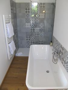 A bathroom at Chambres d'Hôtes A L'ecole Buissonniere