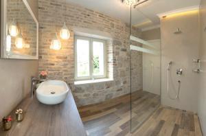 A bathroom at Aspalathos Residence