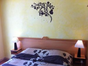 A bed or beds in a room at Les Palmiers