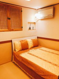 A bed or beds in a room at Tourinn Harumi