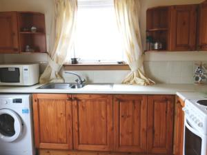 A kitchen or kitchenette at Holiday Home Island View