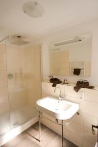 A bathroom at Gästehaus Reichshof