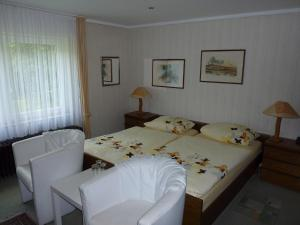 A bed or beds in a room at Hotel Heidehaus
