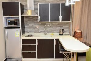 A cozinha ou cozinha compacta de Topaz Furnished Apartments