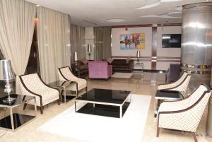 Uma área de estar em Topaz Furnished Apartments