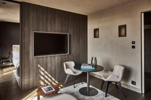 A television and/or entertainment center at Hotel VIU Milan