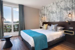 Een bed of bedden in een kamer bij Hôtel Birdy by Happyculture