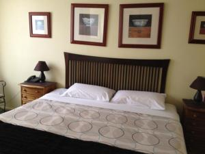 A bed or beds in a room at Knightsbridge Apartments