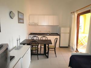 Cucina o angolo cottura di Locazione Turistica Residence Porto Coda Cavallo-1