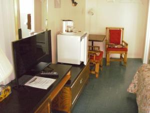 A television and/or entertainment centre at Capricorn Motel Royale 1000 Islands