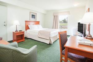 Кровать или кровати в номере Super 8 by Wyndham Swan River MB