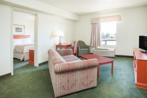 Гостиная зона в Super 8 by Wyndham Swan River MB