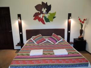 Een bed of bedden in een kamer bij B&B Hacienda La Bougainville
