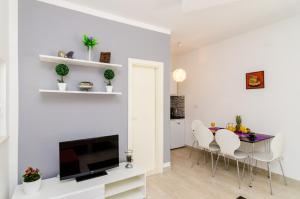 A television and/or entertainment centre at Apartments Versus