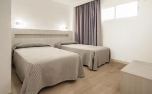 Säng eller sängar i ett rum på Apartamentos Sol y Vera