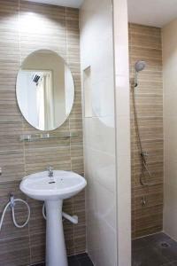 A bathroom at Field Town Apartment
