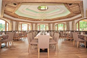 Ein Restaurant oder anderes Speiselokal in der Unterkunft Hotel Grünberger superior
