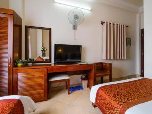 A television and/or entertainment centre at Bich Duyen Hotel