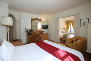 A bed or beds in a room at Alpen Suite Hotel